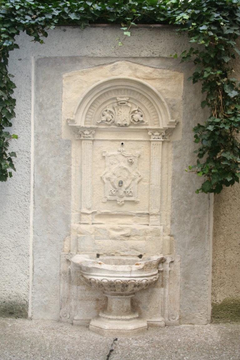 Nach Konservierung, neoklassischer Steinbrunnen, 20. Jahrhundert